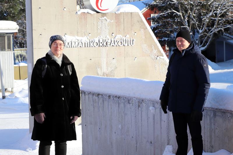 Yliopettaja Kaija Arhio ja lehtori Hannu Leppälä Centrialta kertovat, että muuntokoulutukseen osallistuvat opiskelijat tulevat eri puolilta Suomea. Puualan yrityksissä on paljon insinöörejä, jotka tarvitsevat puumateriaaliosaamista ja materiaalin tuntemusta.