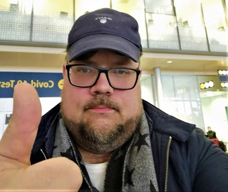 Peukku nousee pystyyn kaikkien käänteiden jälkeenkin. Janne Eskola Gardemoenin lentokentällä Oslossa odottamassa paluulentoa Helsinkiin.