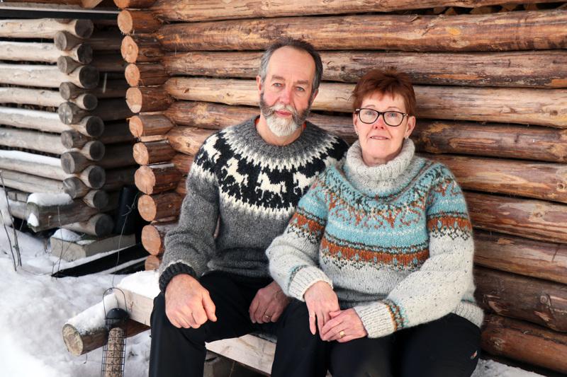 Eero ja Anne Huhtakankaalla on päällään Annen tikkaamat islantilaispaidat. Aidosta islantilaislangasta tehdyissä paidossa tarkenee myös pikkupakkasessa.