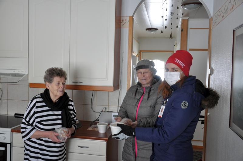 SPR:n ja seurakunnan vapaaehtoiset veivät laskiaisherkut yli sadan ikäihmisen kotiovelle. Leena Möttönen otti omansa vastaan iloisena.