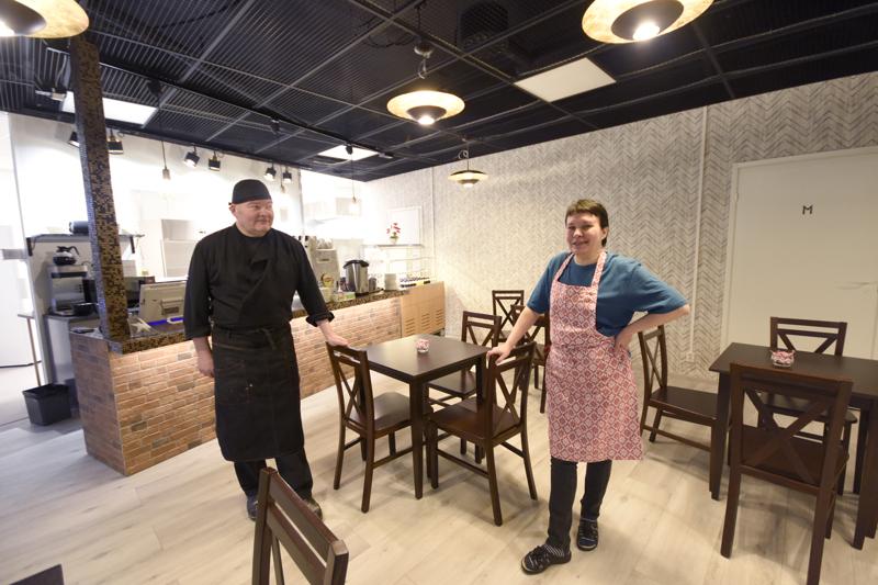 Jari Akolahti ja Jaana Tiitto avasivat kahvilan Koivuhakaan maanantaina.