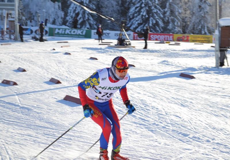 Miesten viidelletoista kilometrille oli saatu myös kansainvälistä väriä. Kisan ulkopuolella hiihtänyt Mongolian Achbadrakh Batmunkh, sijoittui 145 startanneen kilpailijan joukosta sijalle 82.
