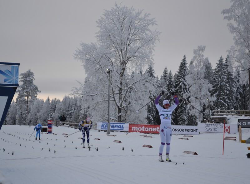 Naisten parisprintin voittoa juhlii Vuokatti Ski Team Kainuun Katri Lylynperä, hänen parinaan hiihti Vilma Nissinen. Toiseksi sijoittui Kainuun Hiihtoseura ja kolmanneksi Hämeenlinnan hiihtoseura