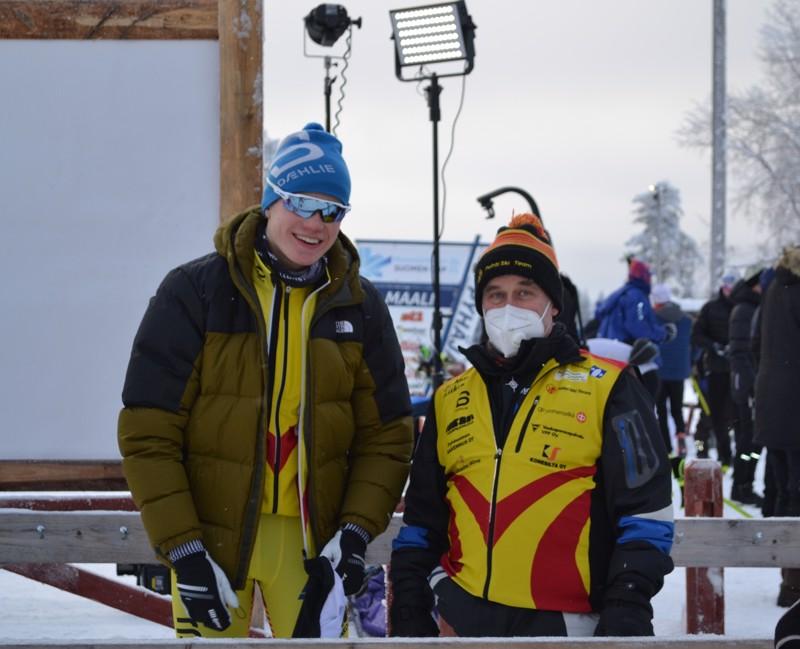 Nuorten MM-kisoista Vuokatista kultaa sprintistä ja viestistä pokannut, Pohti SkiTeamia edustava Niilo Moilanen halusi tulla vielä mittaamaan kuntoaan aikuisten sarjaan. Hän sijoittui sprintissä hienosti sijalle 7. Niilon vierellä Pohti Ski Teamin huoltomies Tarmo Lipsonen.