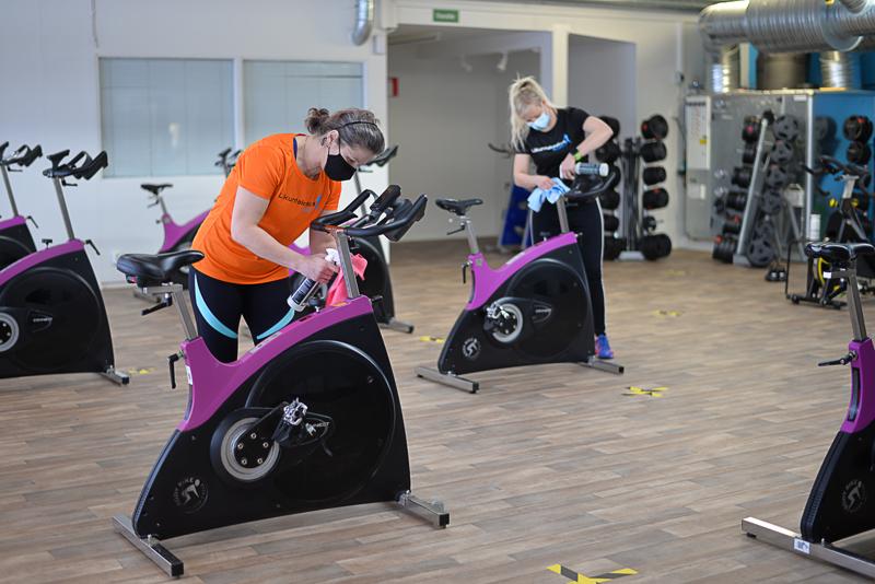 Katja Klemettilä (edessä) puhdistaa ja Minna Huhmarniemi pinnoittaa. Työtä riittää, mutta urheilulliset naiset ottavat urakan treenin kannalta.