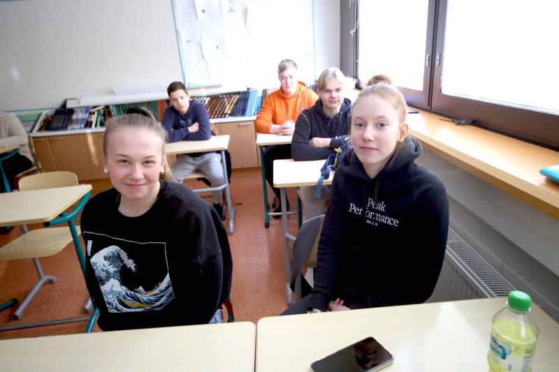 Ysiluokkalaiset Vetelissä täyttävät yhteishakulomakkeensa hiihtoloman jälkeen. Carita Tunkkari (vas.), Niko Kankaanranta, Viljami Pöyhönen, Eetu Finnilä ja Carita Tunkkari ovat jo varmoja hakukohteistaan.