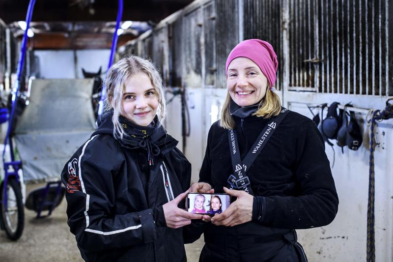 Pirjo Miettunen ja tytär Elina Miettunen ovat molemmat hevosihmisiä ja viihtyvät ravitallilla.
