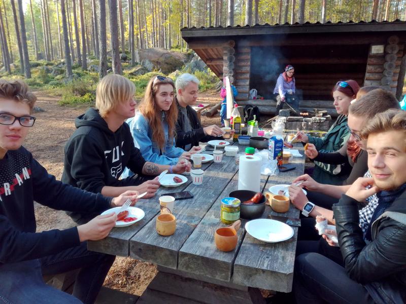 Erasmus-akkreditointi on tunnustus oppilaitoksessa tehdylle pitkäjänteiselle ja laadukkaalle kansainväliselle toiminnalle. Kuvassa Jedussa olleet puolalaiset työssäoppijat ruokatauolla.