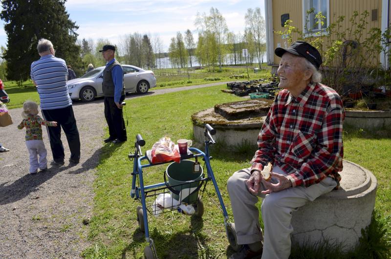 Kerttu Pajula Paakkilan pihalla vuonna 2012. Tullessaan Haapavedelle vuonna 1962 hänellä oli Paakkilassa sekä työhuone että asunto.