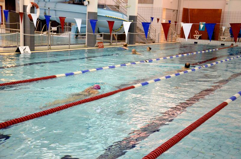 Ylivieska avaa ensi viikolla uimahallin erityisjärjestelyin. Pukukaappeja on käytössä rajoitetusti ja yhtä aikaa saunovien määrää rajoitetaan.