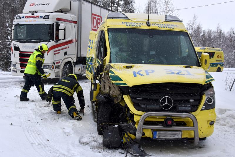 Ambulanssi ja kuorma-auto törmäsivät toisiinsa Kannuksessa.