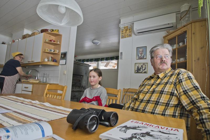 Emäntä ja isäntä, Vuokko ja Heikki Niskanen ja tyttärentytär Jenny Södergård.