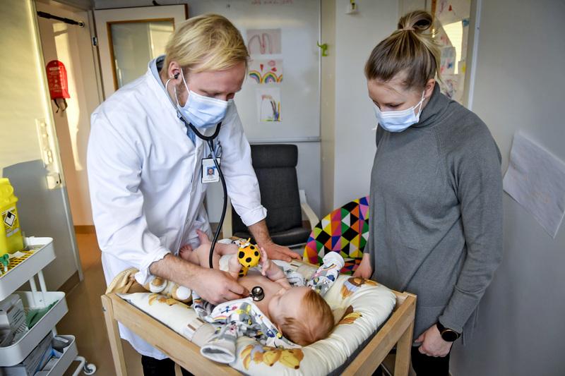 Lastentautien erikoislääkäri ja tutkija Lauri Ivaska tutkii Tuula Suonikon vauvaa Lenni Nikamaa, joka osallistuu hinkuyskärokotukseen liittyvään tutkimukseen.