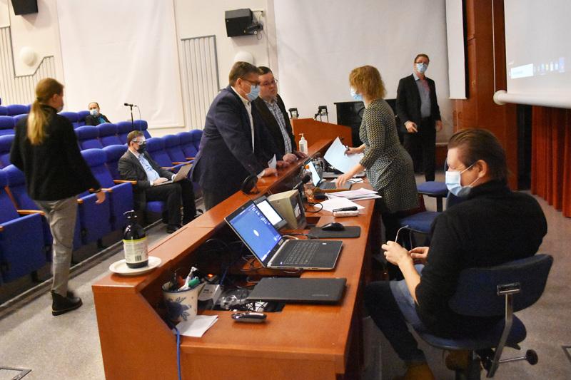 Haapaveden kaupunginvaltuusto kokoontui maanantaina Haapaveden Opiston ReijoWaara-salissa. Isoja päätöksiä ei haluttu tehdä etäyhteyksien varassa. Joulukuisessa budjettivaltuustossa käytäntö osoittautui kankeaksi.
