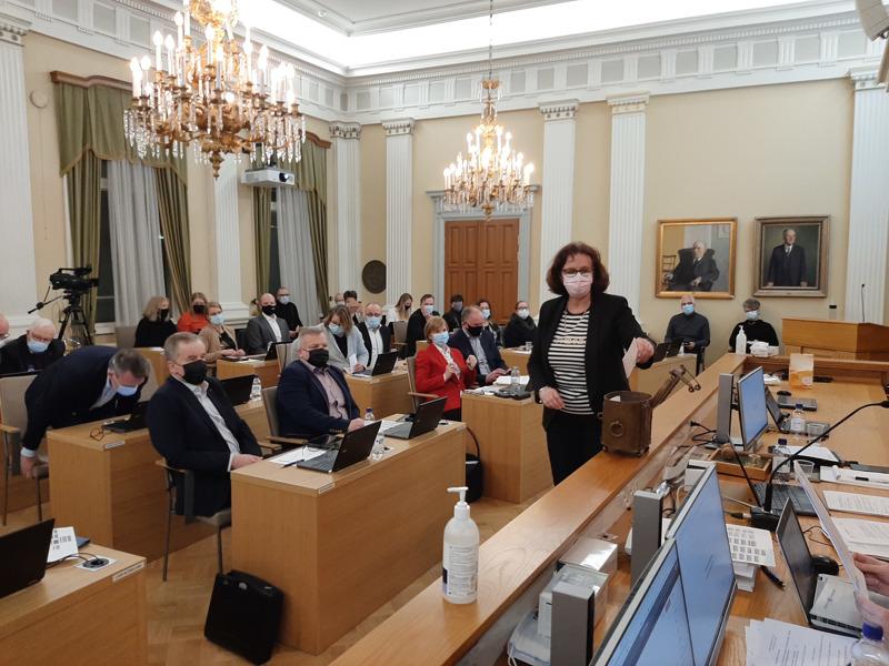 Kaupunginjohtajavaali ratkesi selkeästi jo ensimmäisellä äänestyskierroksella. Kuvassa äänestää valtuutettu Kristiina Hellstrand (kd).