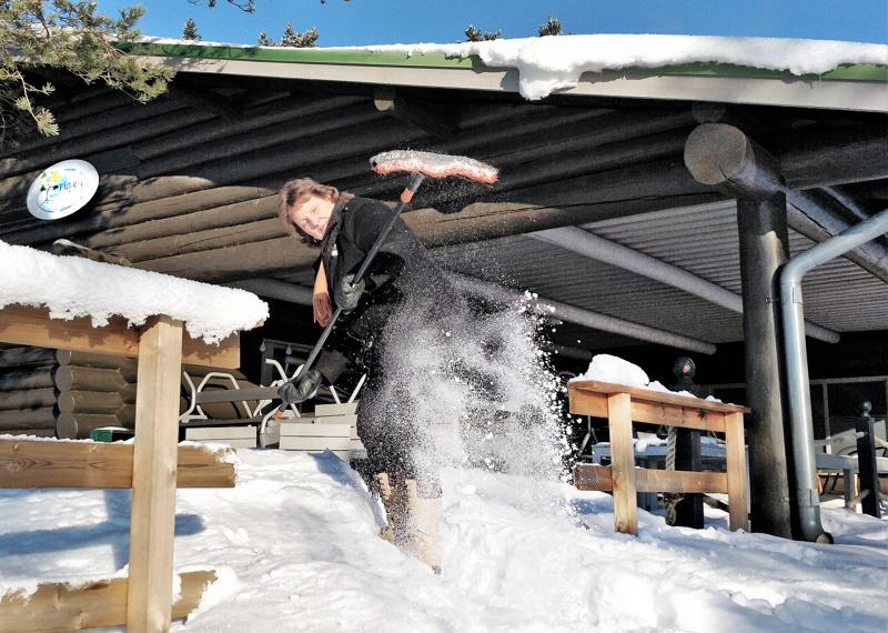 Fäbodan kahvituvan terassilla riittää lunta pois putsattavaksi. Harjan varressa yrittäjä Maj Boström.