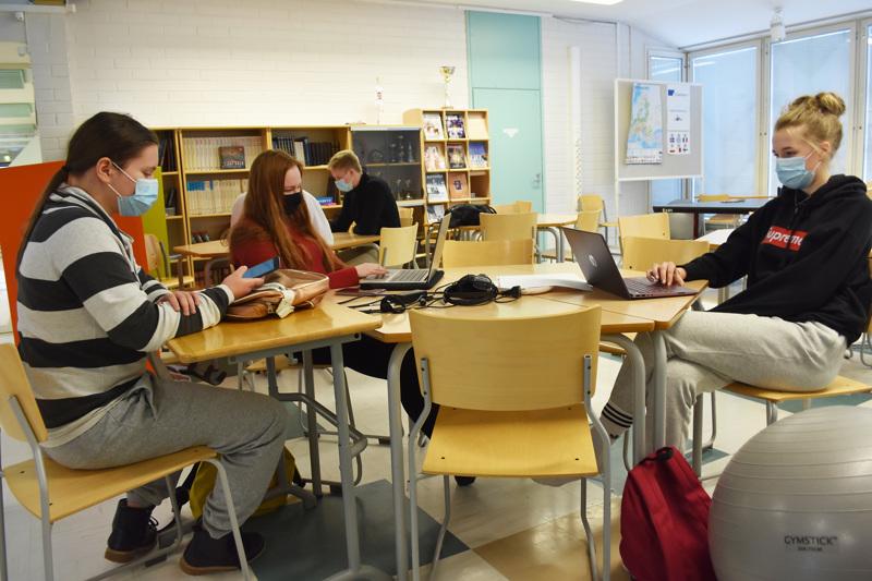 Ensimmäistä vuotta lukiossa opiskelevat Saara Kyröläinen, Iida Ryyti ja Malla Ruotsalainen kuuluvat viimeiseen ikäluokkaan, joka joutuu maksamaan peruskoulun jälkeisistä opinnoistaan itse.