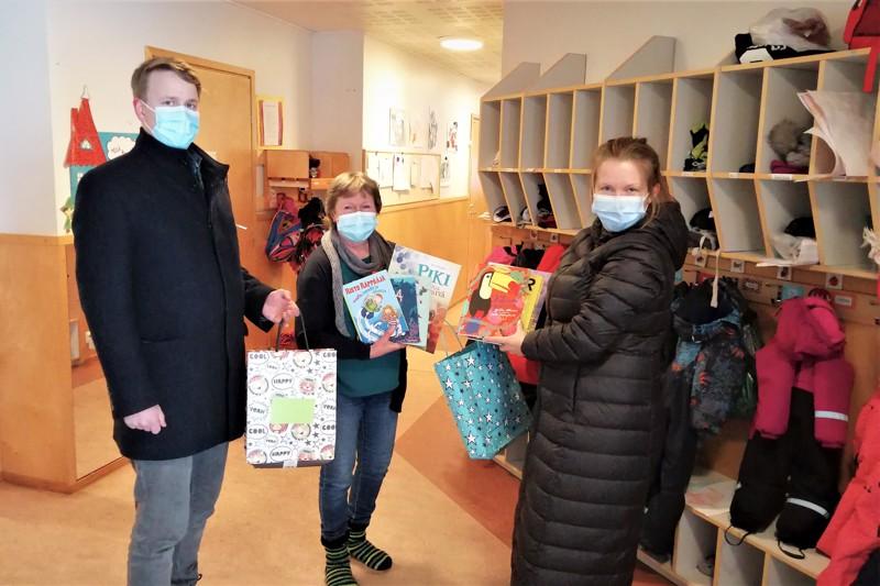 Pietarsaaren kulttuurisihteeri Marja-Leena Hyytinen (oikealla) ja Robin Käldström toivat kirjalahjoituksen Permon päiväkodin johtajan Kirsi Willmanin vastaanotettavaksi.