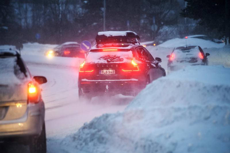 Lumipyry ja pöllyävä lumi heikentävät liikenteen sujuvuutta. Kuva Jyväskyläntieltä Kokkolasta.
