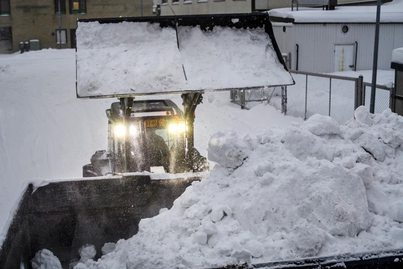 Kokkolassa aura-autot ja lumensiirtokalusto ovat tehneet töitä itseään säästelemättä.