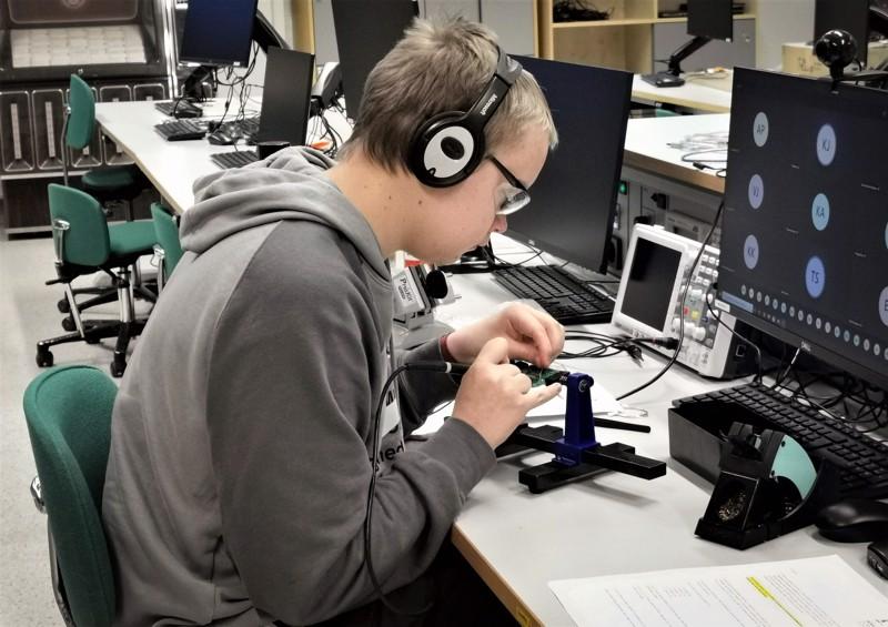 Nivalassa opiskeleva Eetu Isola kilpailee elektroniikan ja robotiikan ammattitaidon SM-titteleistä.