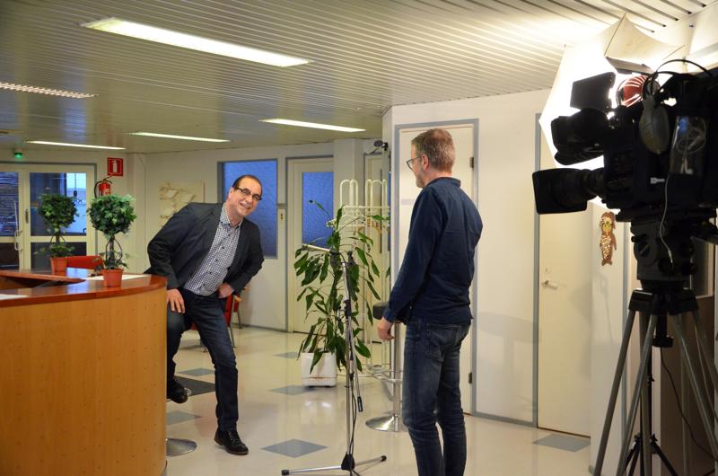 Suora lähetys hiukan jännitti päätoimittaja Seppo Kangasta. Kuvaaja Timo Varila sen sijaan hoiteli oman ruutunsa vahvalla rutiinilla.