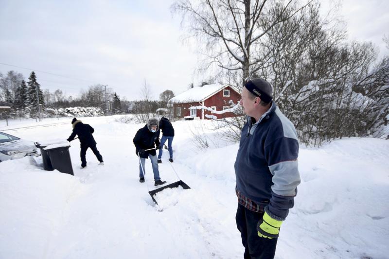 Reijo Hannilan luona Myöhempien Aikojen Pyhien Jeesuksen Kristuksen kirkon lähetyssaarnaajat ovat käyneet jo neljän vuoden ajan tekemässä puu- ja lumitöitä. –Meistä on tullut hyviä ystäviä.