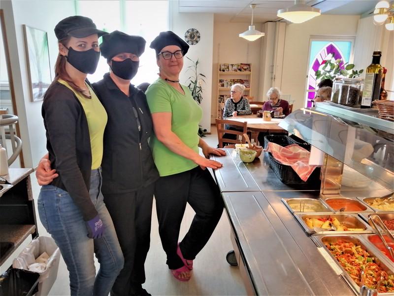 Boglárka Matula (edessä vasemmalla) työskentelee Veganan kassalla ja Maria Nykvist sekä Irina Hellman keittiöllä. Taustalla ravintolan toinen perustaja Birgit Sundvik tyttäriensä Astrid Ericssonin ja Ann-Louise Granbackan kera.