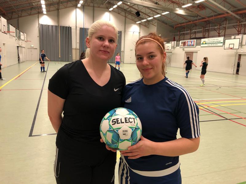 Tarleena Malinen ja Neela Päivärinta ovat tyytyväisiä joukkueen esityksiin. Liigakarsinnatkin kiinnostavat.