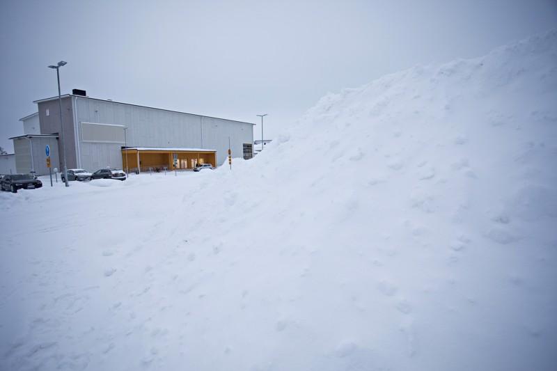 Merenojan yhtenäiskoulun taakse on kasattu runsaasti lunta, mutta tilaa riittää edelleen.