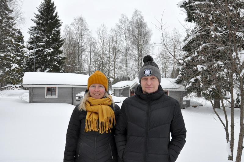 Huhtaniemen mökkikylä on talviunessa. Kirsi ja Hannu Takalo-Mattila odottelevat kevättä, jolloin myös uutta minigolfrataa aletaan rakentaa.