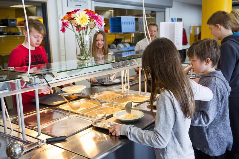Kouluruokaa nautittiin yläkoululla keväällä 2017 ilman tietoa koronarajoituksista. Ensi viikosta alkaen koululaisillakin on edessään uusi ruokalista.