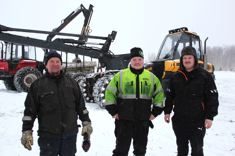 Haastattelu katkaisi rantapuiden kaadon. Vasemmalta Esko ja Ville Tervakoski, oikealla Anssi Venetpalo.