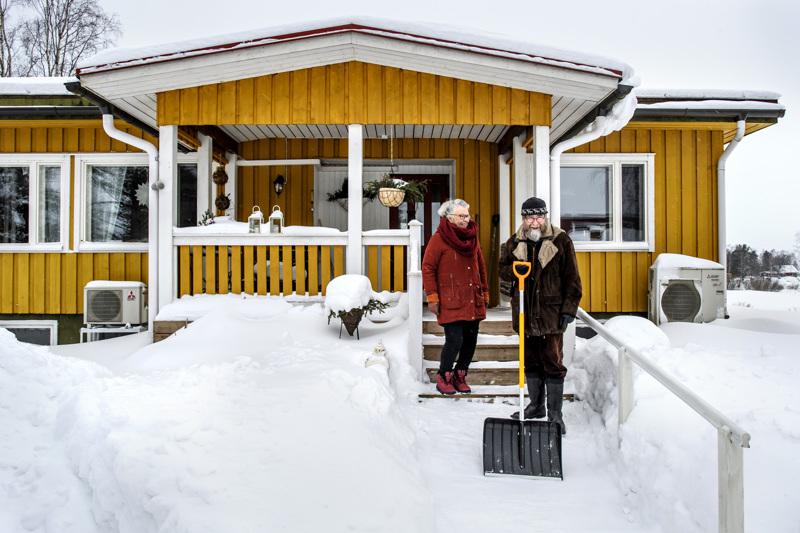 Else ja Heikki Takkunen kertovat, että Pitkäsenkylällä naapuriapu toimii pihan aurauksessa.