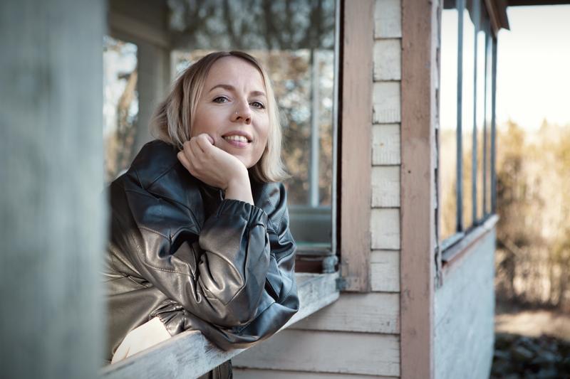Aili Järvelä juontaa ja soittaa solistina Taidetestaajat-konserteissa Ylivieskassa.