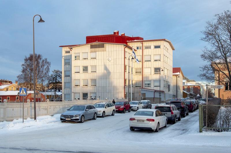 Pietarsaarelainen Etelänummen yläkoulu sulkeutuu ensi viikon talviloman ja heti sitä seuraavan kolmen viikon sulun ajaksi. Oppilaille järjestetään pikavauhtia etäopetusta.