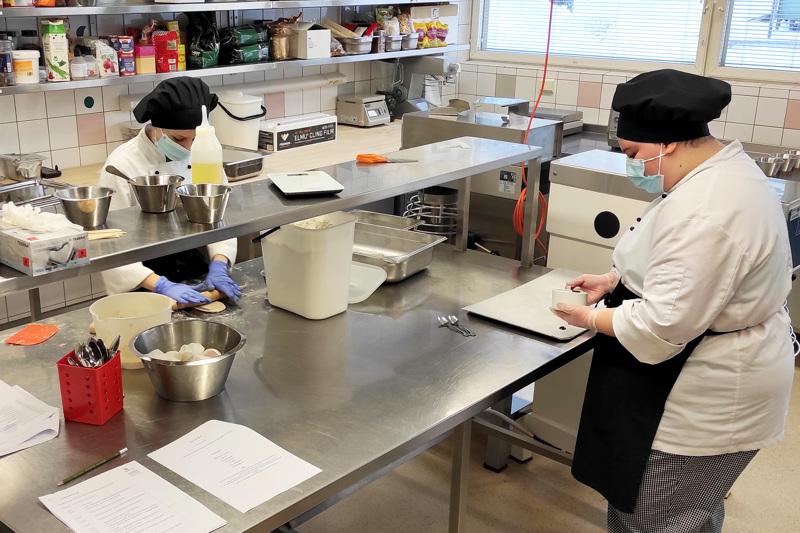 Jedun Haapaveden toimipisteessä kokiksi opiskelevat Natalia Haltula ja Niina Kukkurainen etenivät ammattitaidon SM-finaaliin.