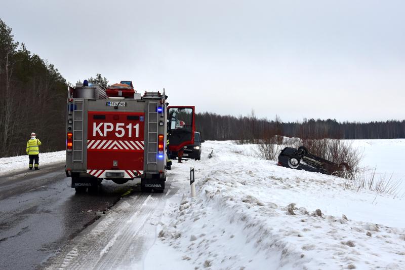Auto meni katolleen ulosajon seurauksena.