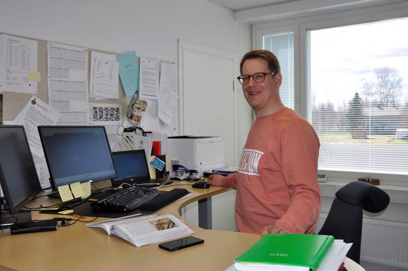 Juhani Vuorisen koulun rehtori Sakari Typpö kertoo yhdeksäsluokkalaisten siirtymisen etäopiskeluun sujuneen nopeasti ja hyvin. Kuva viime keväältä etäkoulusta.