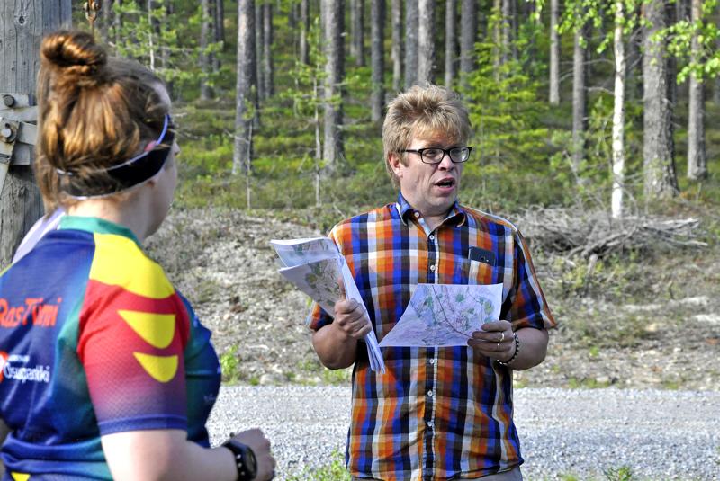 Pyhäjärven Pohdin Pekka Päivärinta valittiin Keski-Pohjanmaan Suunnistuksen uudeksi puheenjohtajaksi. Tässä kuvassa Päivärinta opastaa Kalajokilaakson iltarastiviestin lähtijöitä Hiidenhovin maisemissa.