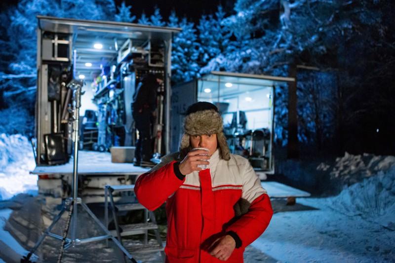 Moottorisaha pysyy Jarkko Lahden käsissä, mutta Metsurin elämää -elokuvan päärooliin hänet valittiin ihan muista syistä – kokkolalaislähtöinen näyttelijä siirtyi Kainuun ulkokuvauksista suoraan Kansallisteatteriin ohjaamaan