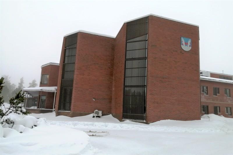 Evijärven muhkea kunnantalo sijaitsee paikallisittain ilmaisten Viskarissa.