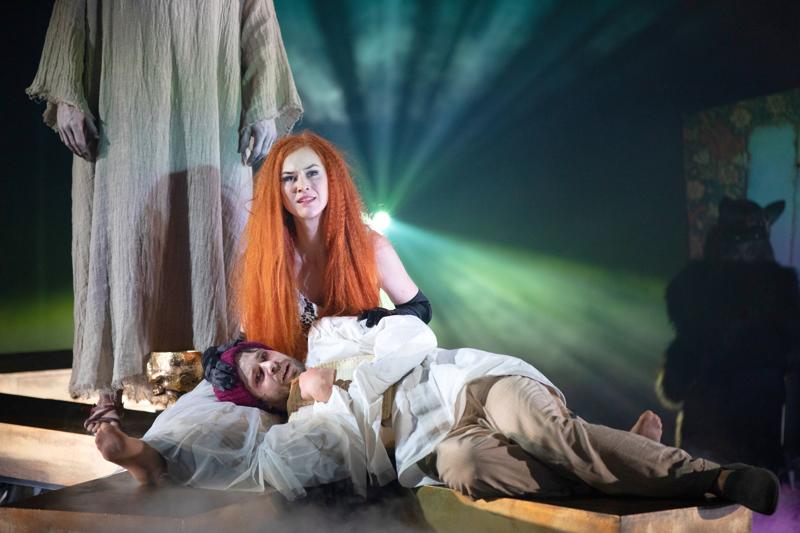 Pia Piltz ja Antti Tiensuu Saatana saapuu Moskovaan -näytelmässä.