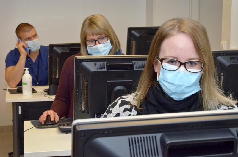 Koronajäljittäjät Arto Nieminen, Miia Huhtanen ja Eveliina Peltokorpi työssä marraskuussa Ylivieskassa.