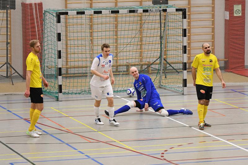 Miika Toivola otti tukun tärkeitä torjuntoja Sievi FS:n maalilla Akaata vastaan. Markus Rautiaisen 0-2-maalille Toivola ei mahtanut mitään.