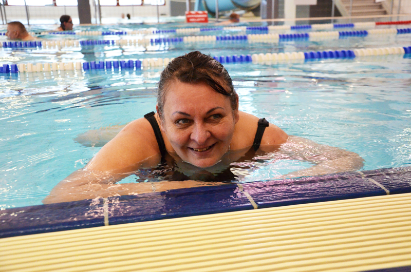 Olin ensimmäisenä altaassa, ylivieskalainen Sari Kytökorpi tuuletti, kun Ylivieskan uimahalli avattiin maanantaina. Uintiharrastajana hän on odottanut hallin avautumista, vaikka harrastaa myös muita liikuntalajeja aktiivisesti.