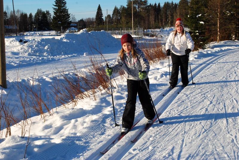Henna Luomajoki ja Nea Repo iloitsivat Vatjusjärven uudesta ladusta. Kouluhiihdot oli pakkasten takia päästy vasta juuri aloittamaan.