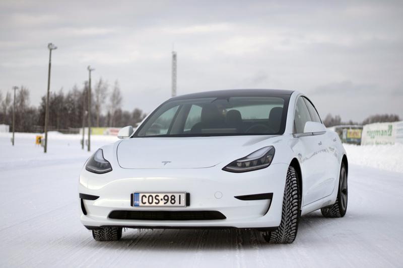 Viisipaikkainen Tesla Model 3 soveltuu perheautoksi.