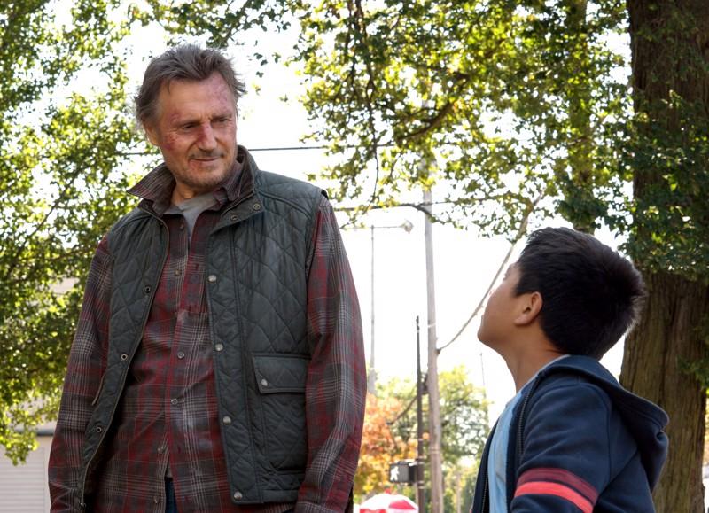 Reissussa rähjääntynyt isähahmo Liam Neeson. Hupilaisena Jacob Perez.