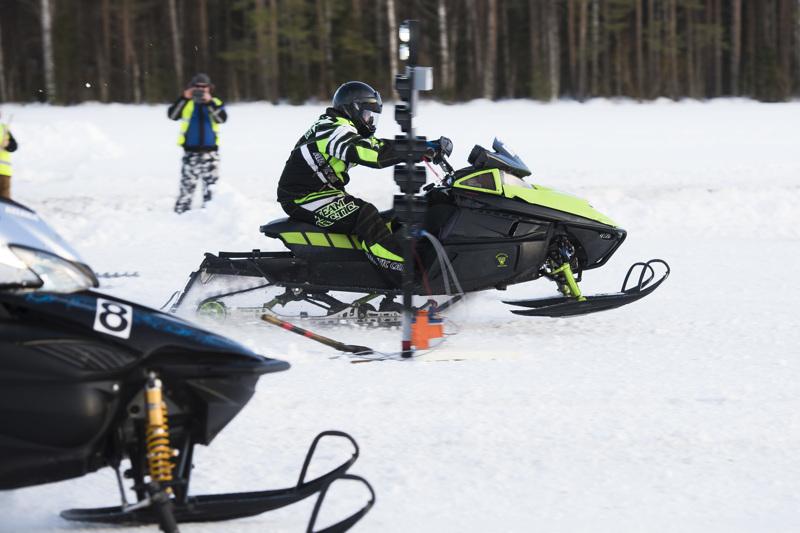 Nivalan Moottorikelkkailijoiden Ilkka Ojalehto nipisti heti alussa niukan eron semifinaalivastustajaansa Sami Piilolaan ja eteni finaaliin.